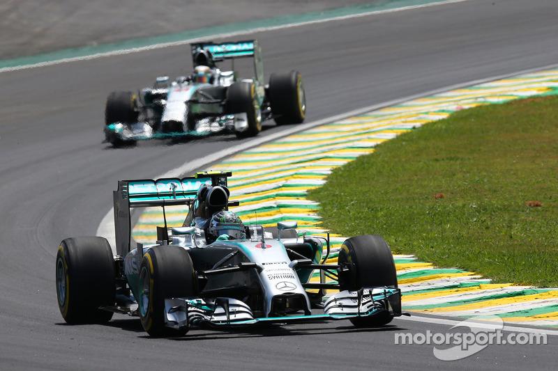 Nico Rosberg, Mercedes AMG F1 W05 lidera a  su compañero  Lewis Hamilton, Mercedes AMG F1 W05