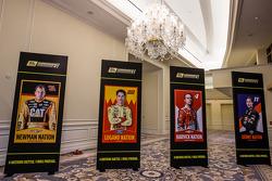Şampiyona yarışmacıları Basın konferansı: 4 katılımcının pankartı