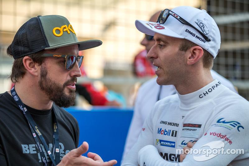 Fernando Alonso ve Timo Bernhard gridde konuşuyor
