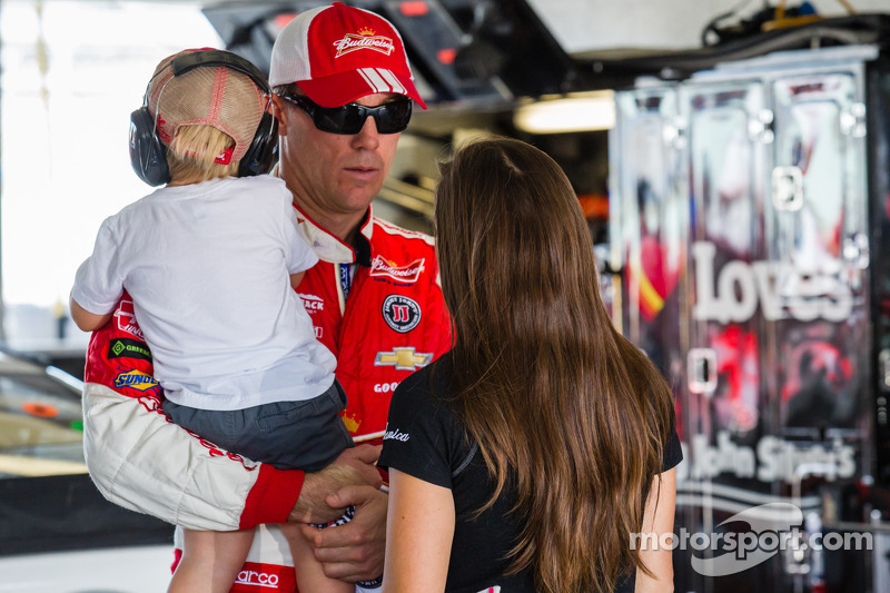 Kevin Harvick, Stewart-Haas Racing Chevrolet con su hijo Keelan y Danica Patrick, Stewart-Haas Racing Chevrolet