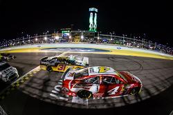 Restart: Kevin Harvick, Stewart-Haas Racing Chevrolet leads Ryan Newman, Richard Childress Racing Chevrolet