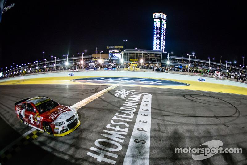 Kevin Harvick, Stewart-Haas Racing Chevrolet cruza la línea de meta para ganar la autorera y el campeonato de la NASauto Sprint Cup series