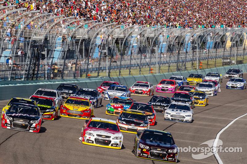 Reinicio: Jeff Gordon, Hendrick Motorsports Chevrolet, Kevin Harvick, Stewart-Haas Racing Chevrolet y Kurt Busch, Stewart-Haas Racing Chevrolet lideran a los autos