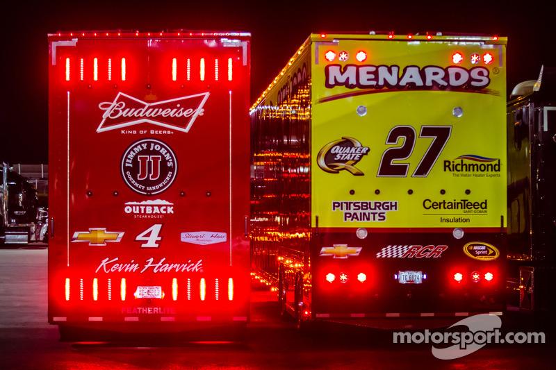 Tırlar: Kevin Harvick, Stewart-Haas Racing Chevrolet ve Paul Menard, Richard Childress Racing Chevrolet