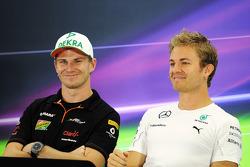 (I a D): Nico Hulkenberg, Sahara Force India F1, y Nico Rosberg, Mercedes AMG F1, en la conferencia de prensa de la FIA