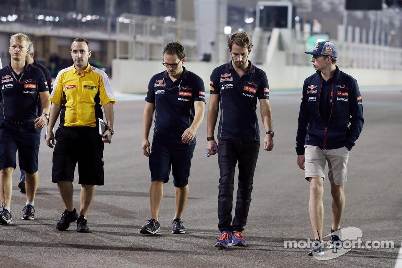 (I a D): Jean-Eric Vergne, Scuderia Toro Rosso, camina el circuito con Max Verstappen, piloto de pru