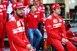 (Da sinistra a destra): Fernando Alonso, Ferrari e il compagno di squadra Kimi Raikkonen, Ferrari alla foto di gruppo