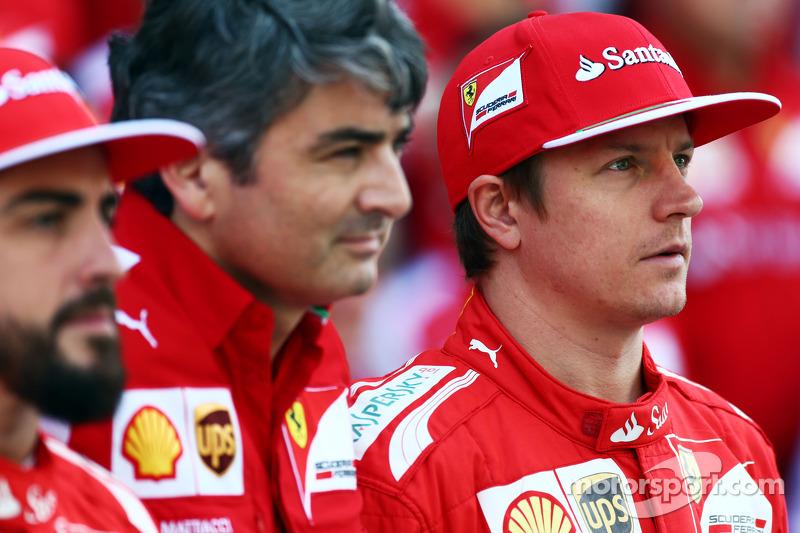 (I a D): Fernando Alonso, Ferrari, con Marco Mattiacci, director del equipo Ferrari, y Kimi Raikkonen, Ferrari, en la foto del equipo