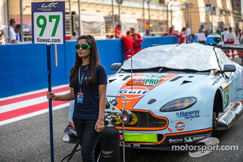 Grid kızı ve #97 Aston Martin Racing Aston Martin Vantage V8: Darren Turner, Stefan Mücke