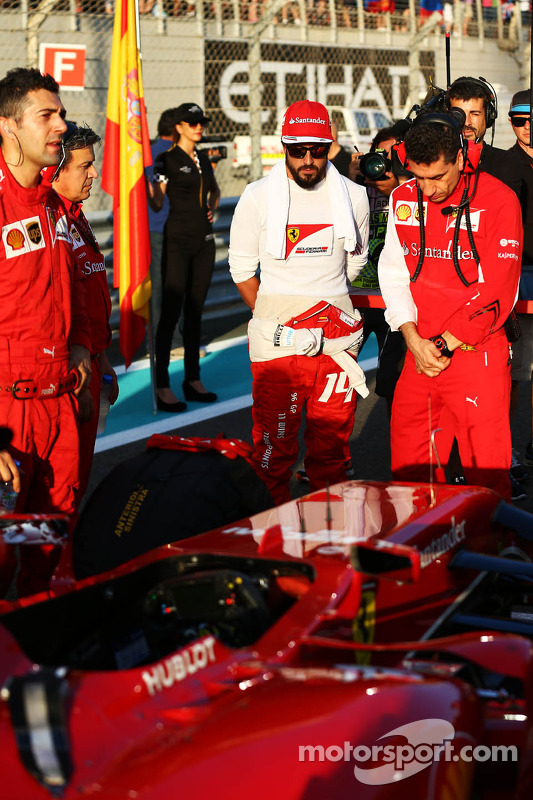 (L to R): Fernando Alonso, Ferrari with Andrea Stella, Ferrari Race Engineer on the grid