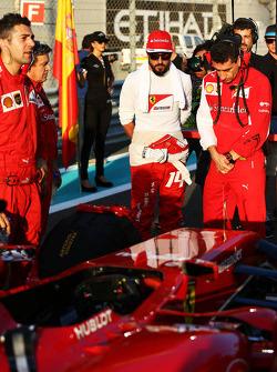 (Da sinistra a destra): Fernando Alonso, Ferrari con Andrea Stella, Ferrari Ingegnere di pista, sulla griglia di partenza