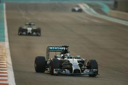Lewis Hamilton, Mercedes AMG F1 W05 lidera a  de race from su compañero  Nico Rosberg, Mercedes AMG F1 W05