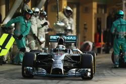 Lewis Hamilton, Mercedes AMG F1 W05 entra a los pits