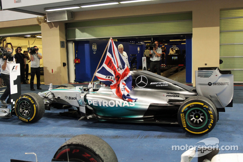 El ganador y campeón del mundo Lewis Hamilton, Mercedes AMG F1 W05 celebra en parc ferme