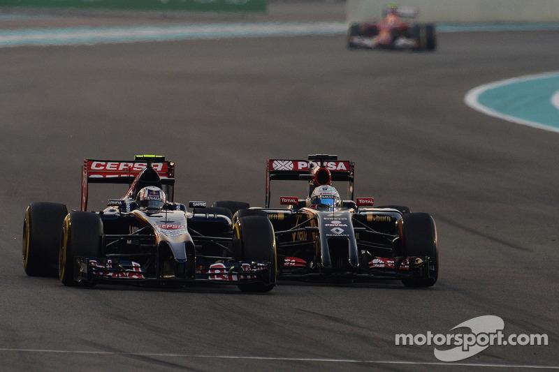 Daniil Kvyat, Scuderia Toro Rosso STR9 ve Romain Grosjean, Lotus F1 E22 pozisyon için mücadele ediyo