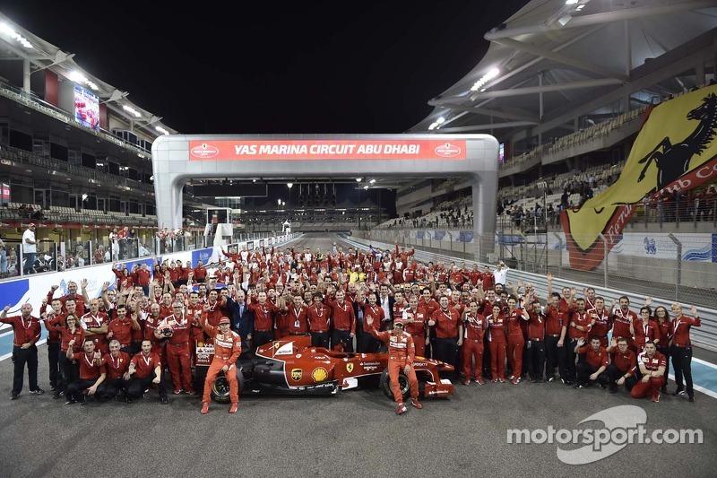 Ferrari grup fotoğrafı ve Kimi Raikkonen ve Marc Gene