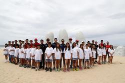 Pilot grup fotoğrafı sahilde