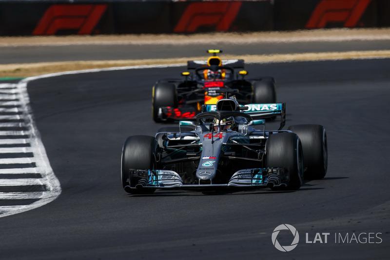 Lewis Hamilton, Mercedes AMG F1 W09, devant Max Verstappen, Red Bull Racing RB14