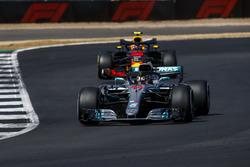Lewis Hamilton, Mercedes AMG F1 W09, voor Max Verstappen, Red Bull Racing RB14