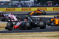 Kevin Magnussen, Haas F1 Team VF-18, leads Fernando Alonso, McLaren MCL33, and Sergio Perez, Force India VJM11