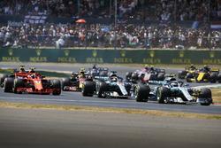 Valtteri Bottas, Mercedes AMG F1 W09, devant Lewis Hamilton, Mercedes AMG F1 W09, Kimi Raikkonen, Ferrari SF71H, et le reste du peloton au départ