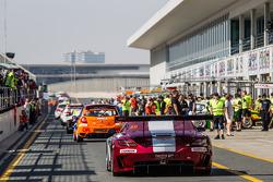 #30 Ram Racing, Mercedes SLS AMG GT3: Cheerag Arya, Thomas Jäger, Tom Onslow-Cole, Adam Christodoulou auf dem Weg zur Strecke