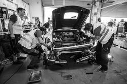 # 9 هوفور-ريسينغ مرسيدس إس إل إس إيه إم جي جي تي3 بعد حادث التصادم لكينيث هاير