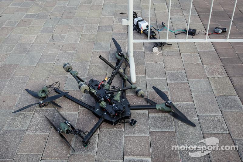 Die Überreste einer Drohne, die im Fahrerlager abgestürzt ist