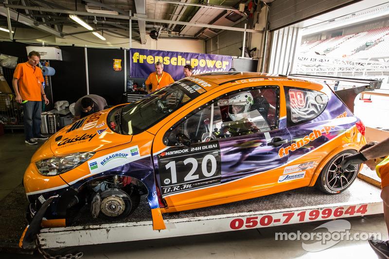 #120 Frensch Power Motorsport Peugeot 207 RCR: Lisa Brunner, Martin Heidrich, Reinhard Nehls, Friedhelm Erlebach tornano ai box dopo un incidente