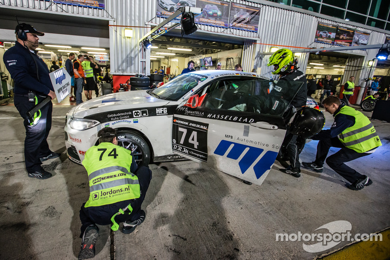 Pit stop untuk  #74 MPB Racing Team BMW M235i Racing Cup: Matias Henkola, Stephan Kuhs, Bernhard Henzel, Jörg Müller