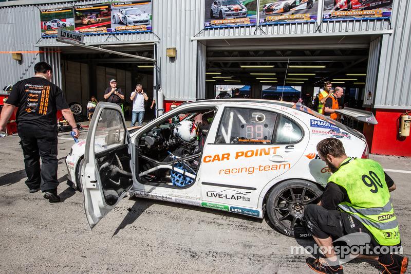 Pit stop for #90 Car Point S Racing Schmieglitz Seat Leon Supercopa: Daniel Schmieglitz, Cyndie Alle