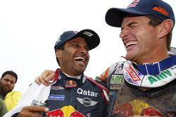 Nasser Al-Attiyah, ganador de la categoría de coches, y Marc Coma, vencedor en la categoría de motocicletas