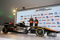 (Von links nach rechts): Nico Hülkenberg, Sahara Force India F1, und Sergio Perez, Sahara Force India F1, enthüllen das Design von Sahara Force India F1 2015