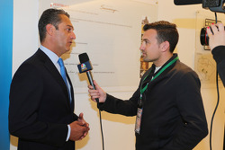 (Kiri ke Kanan): Carlos Slim, Chairman of America Movil dengan Will Buxton, Presenter NBC Sports Network TV