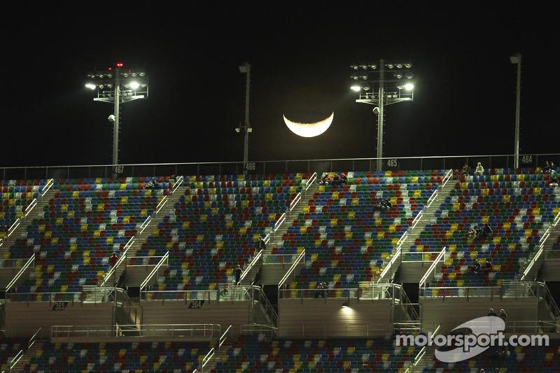 Der Mond über dem Daytona International Speedway