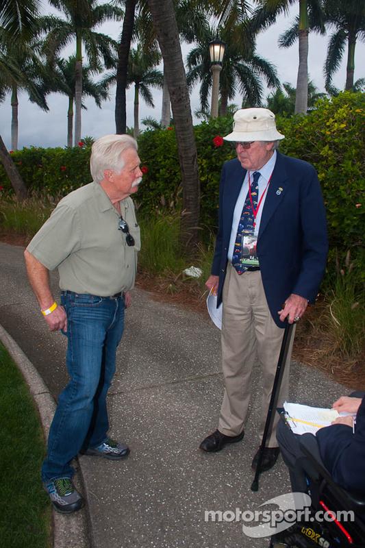 Apresentador de TV Wayne Carini fala com juiz chefe de Pebble Beach e Ferrari expert Ed Gilbertson