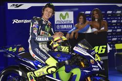 Valentino Rossi, Yamaha Factory Racing, mit bezaubernden Yamaha-Girls