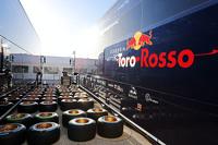Camion Scuderia Toro Rosso STR10 Camion e pneumatici Pirelli