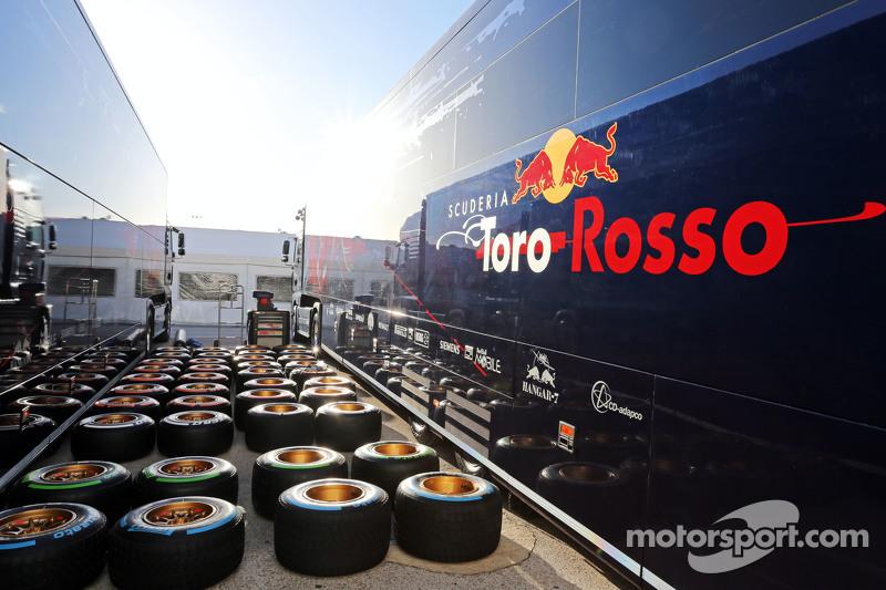 Scuderia Toro Rosso STR10, Truck und Pirelli-Reifen