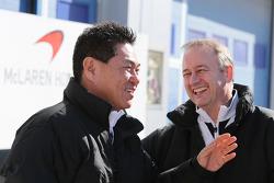 (E para D): Yasuhisa Arai, Chefe da Honda Motorsport com Jonathan Neale, Chefe de Operações da McLaren