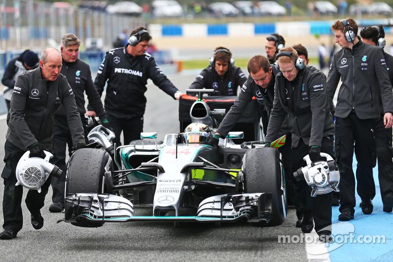 Lewis Hamilton, Mercedes AMG F1 W06, wird in der Boxengasse zurückgeschoben