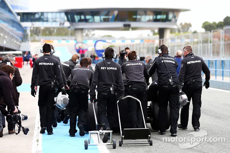 Mercedes AMG F1, Mechaniker schieben Lewis Hamilton, Mercedes AMG F1, durch die Boxengasse