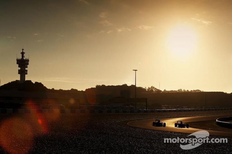 (从左到右)达尼·科维亚特,红牛车队RB11赛车,和刘易斯·汉密尔顿,梅赛德斯AMG车队W06赛车