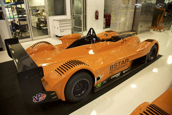 Various 8Star Motorsports araçları, takımın atölyesinde