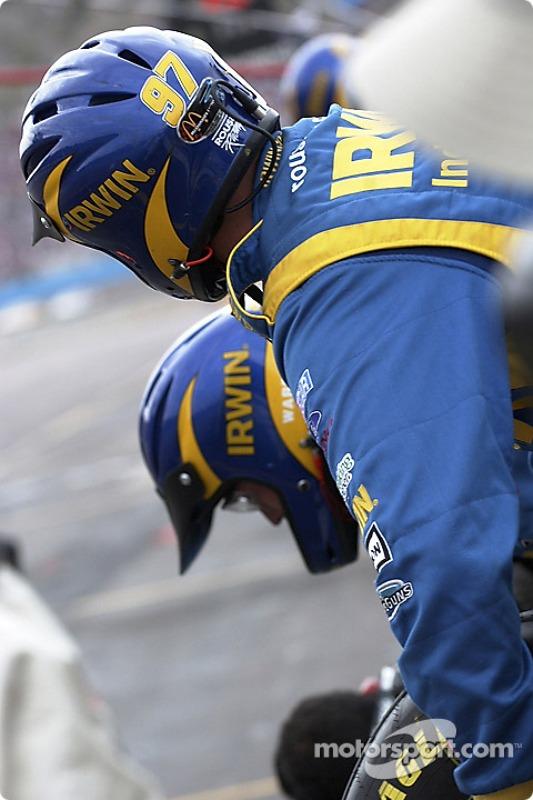 Un mécanicien Roush Racing est prêt pour le prochain arrêt aux stands