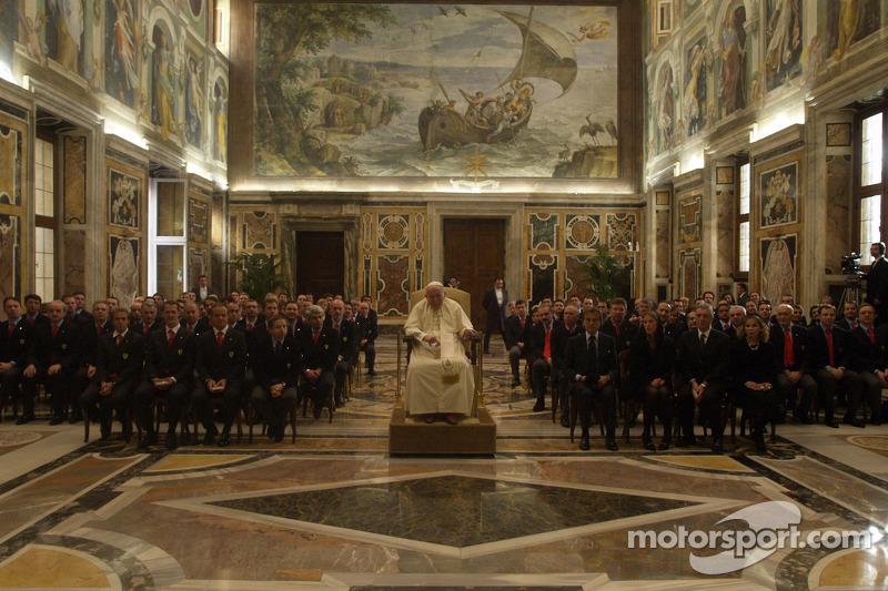 Папа Римський Іван Павло ІІ і делегація Ferrari