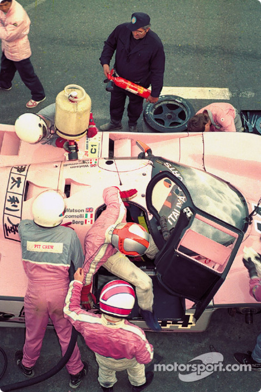 1990 год. Пит-стоп: Джон Уотсон принимает смену у Аллена Берга, Porsche 962C