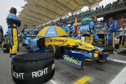 Renault team members on the starting grid