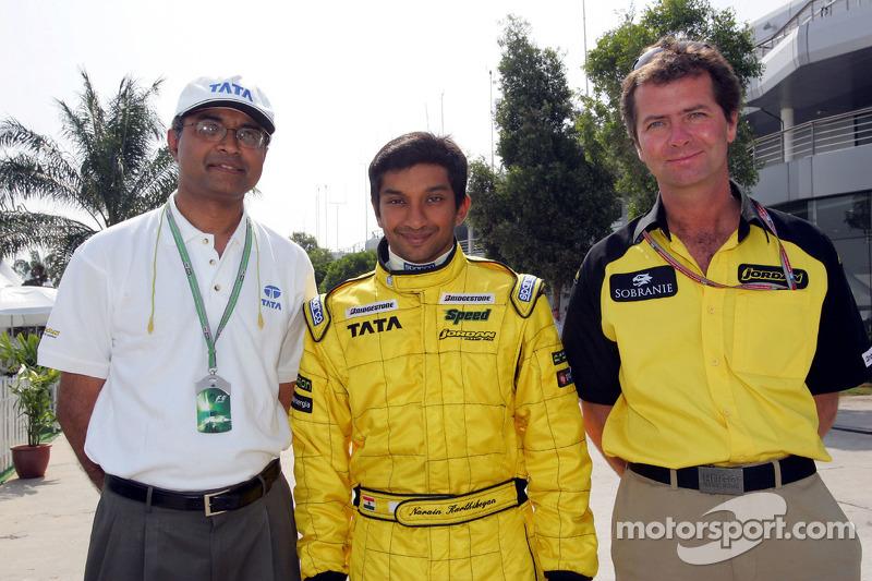Narain Karthikeyan y Trevor Carlin con Dr V Sumatran de Tata Motors
