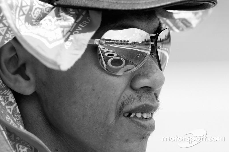 Un oficial de pista observa la carrera